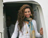 Бионс Ноулс, фото 2697. Beyonce Knowles smiles upon arrival to Philippines (7.11.07), foto 2697