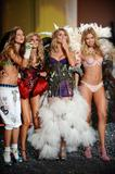 th_93329_Doutzen_Kroes_Victorias_Secret_Fashion_Show_in_NY_Catwalk_November_19_2009_19_122_38lo.jpg