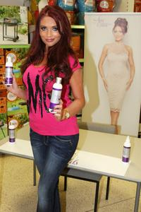 Эми Чайлдс, фото 303. Amy Childs promotes her Tanning Collection at Tesco Extra, 28.4.2012, foto 303